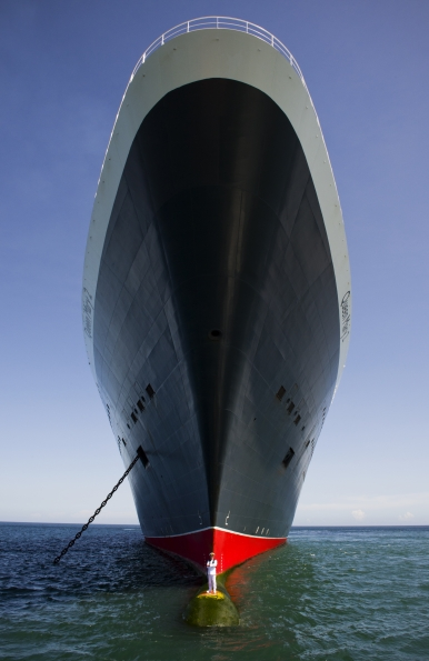 Captain_Oprey_on_bulbous_bow_Queen_Mary_2